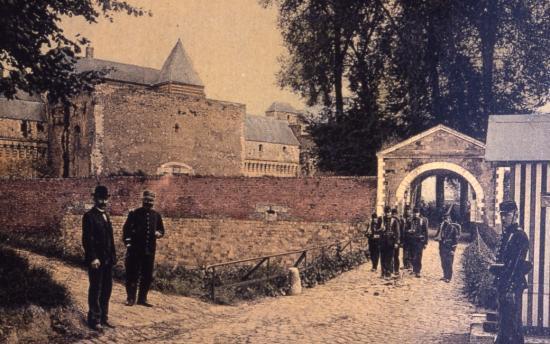 """Entrée du château par la """"demi-lune"""""""